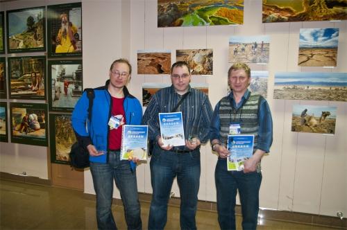 Слева направо - Егор Лыков, Константин Дмитриев, Леонид Зенкин с наградами фествиаля