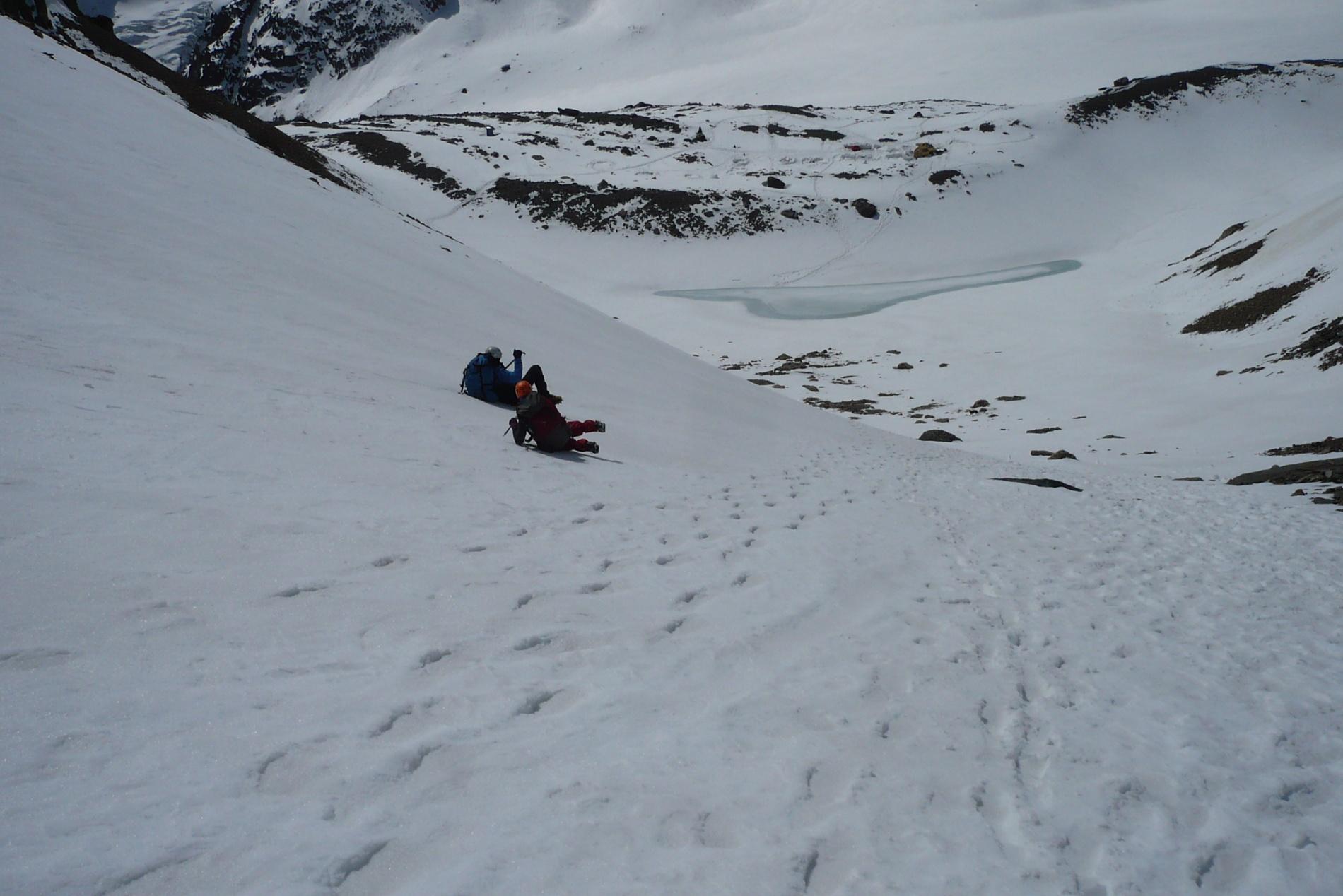 Тренировка по самозадержанию на снежном склоне