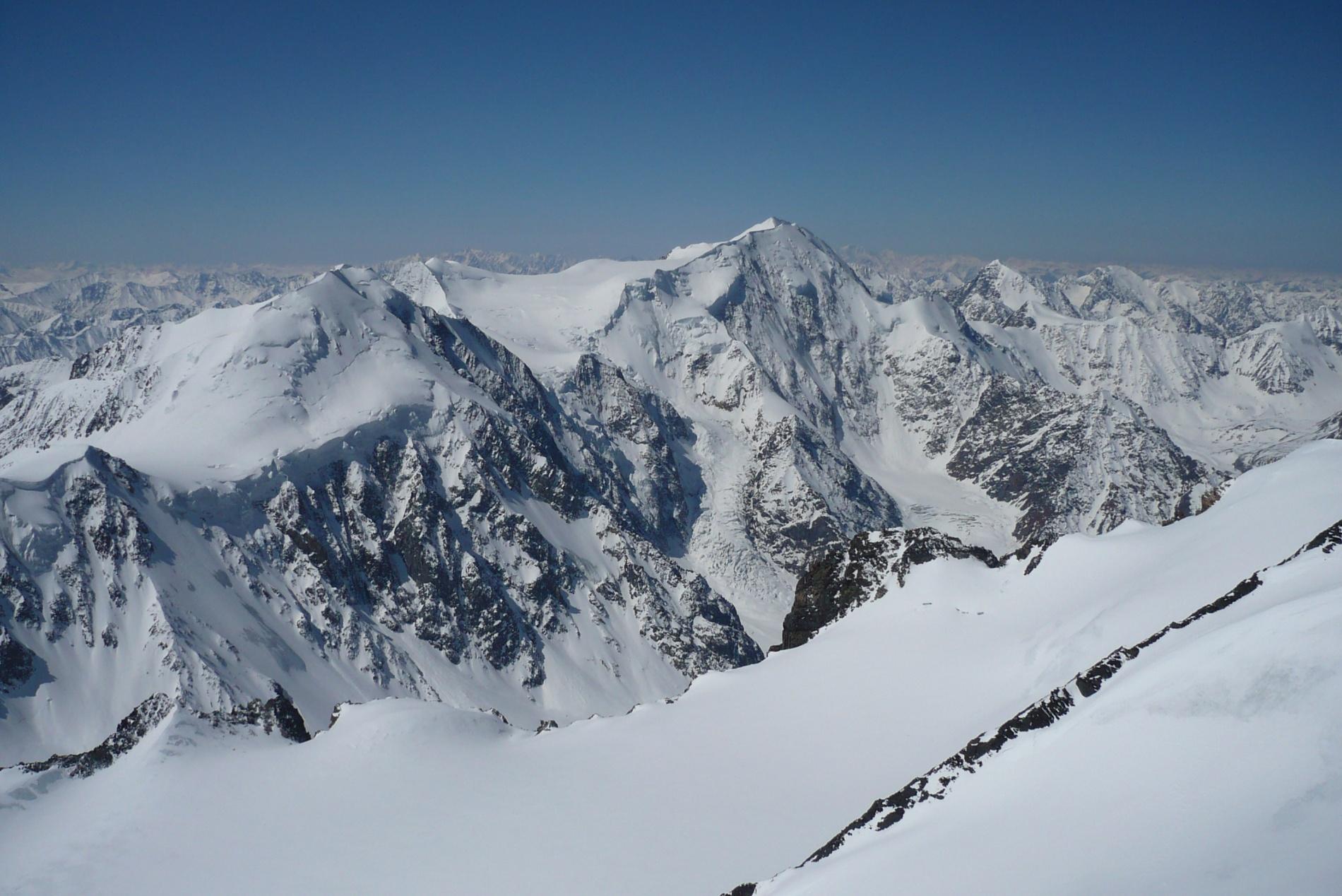 Вид с вершины Актру в сторону Маашея