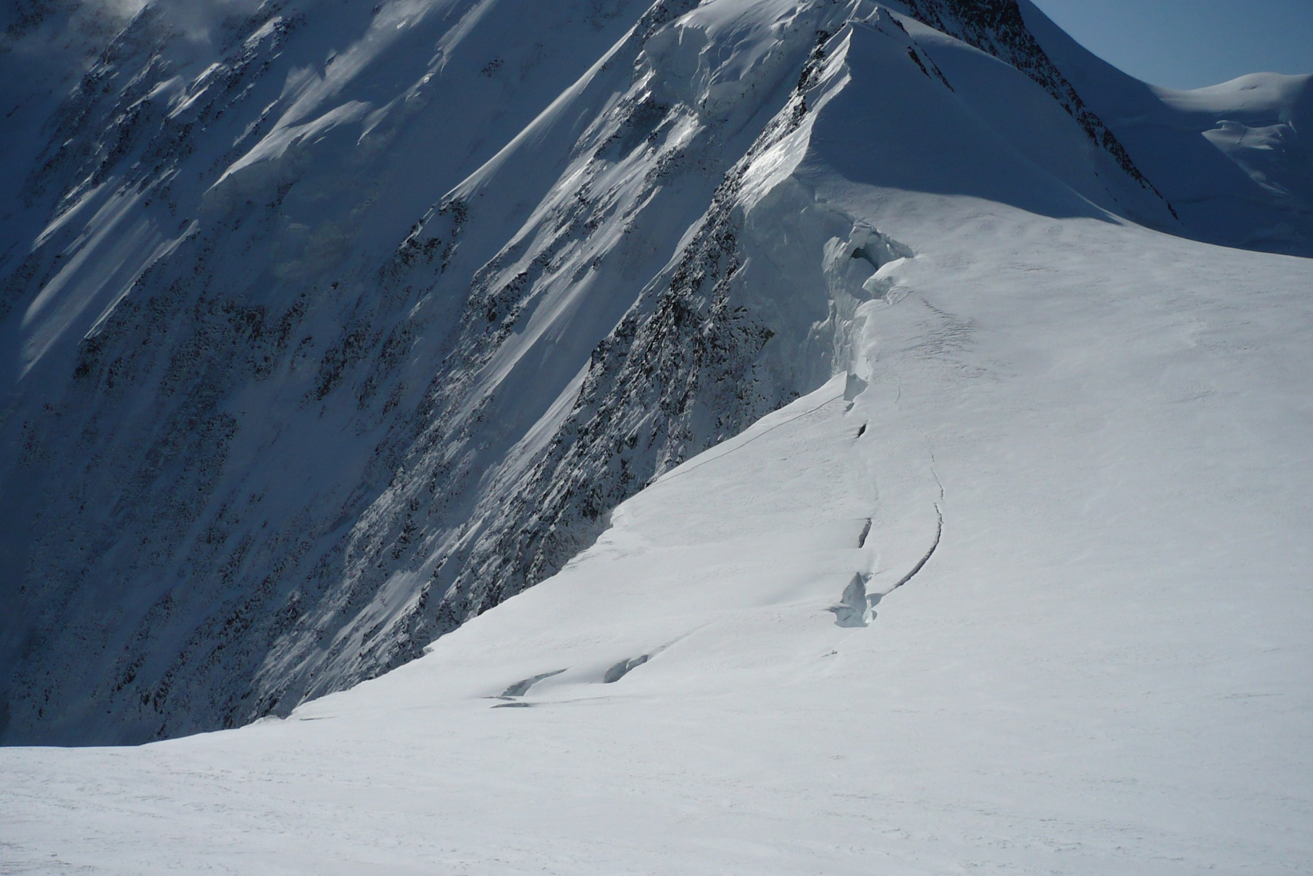 Ледник с плато сползает на стену и периодически с грохотом отрываются тысячи тонн льда