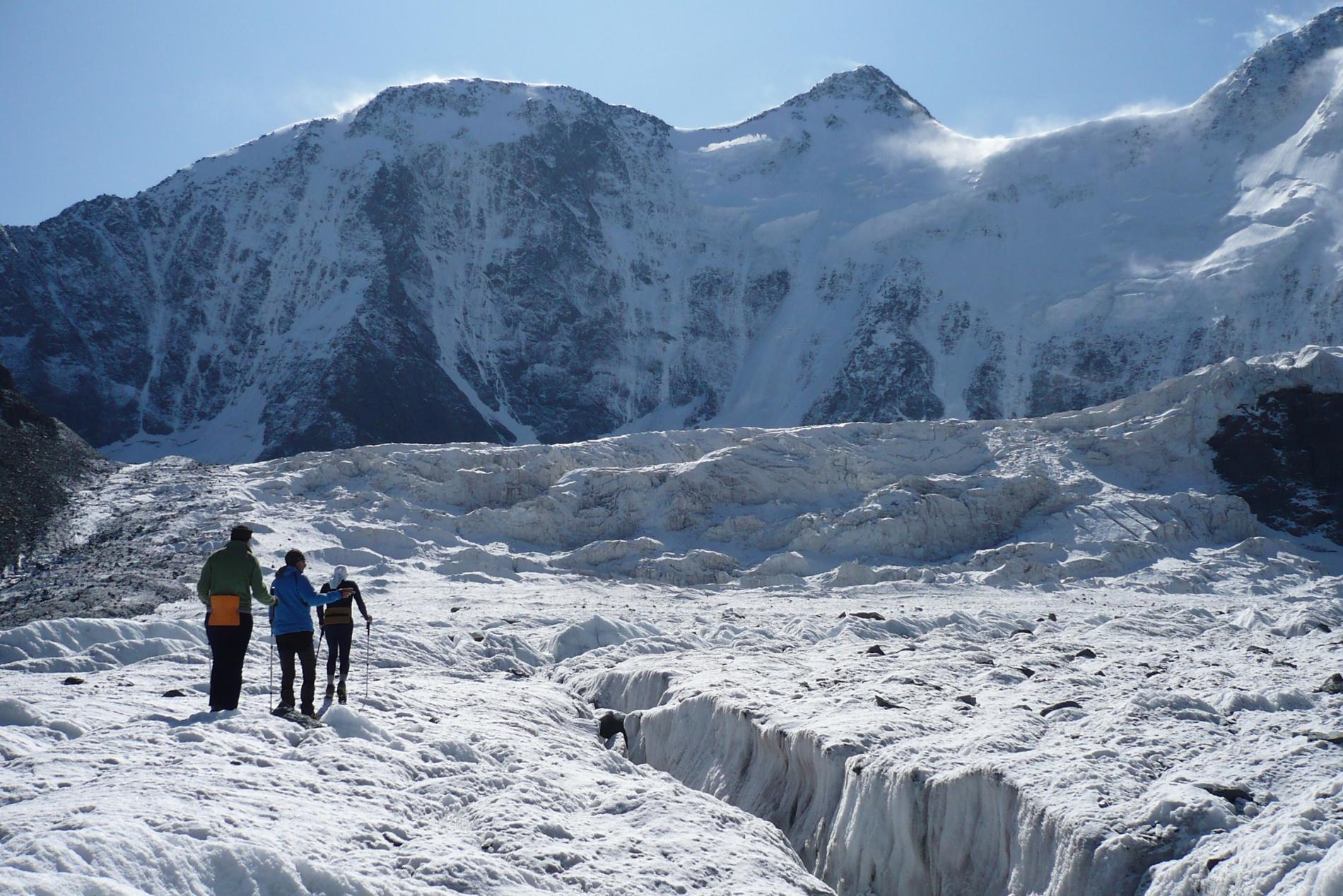 Пересекаем Аккемский ледник для просмотра маршрута