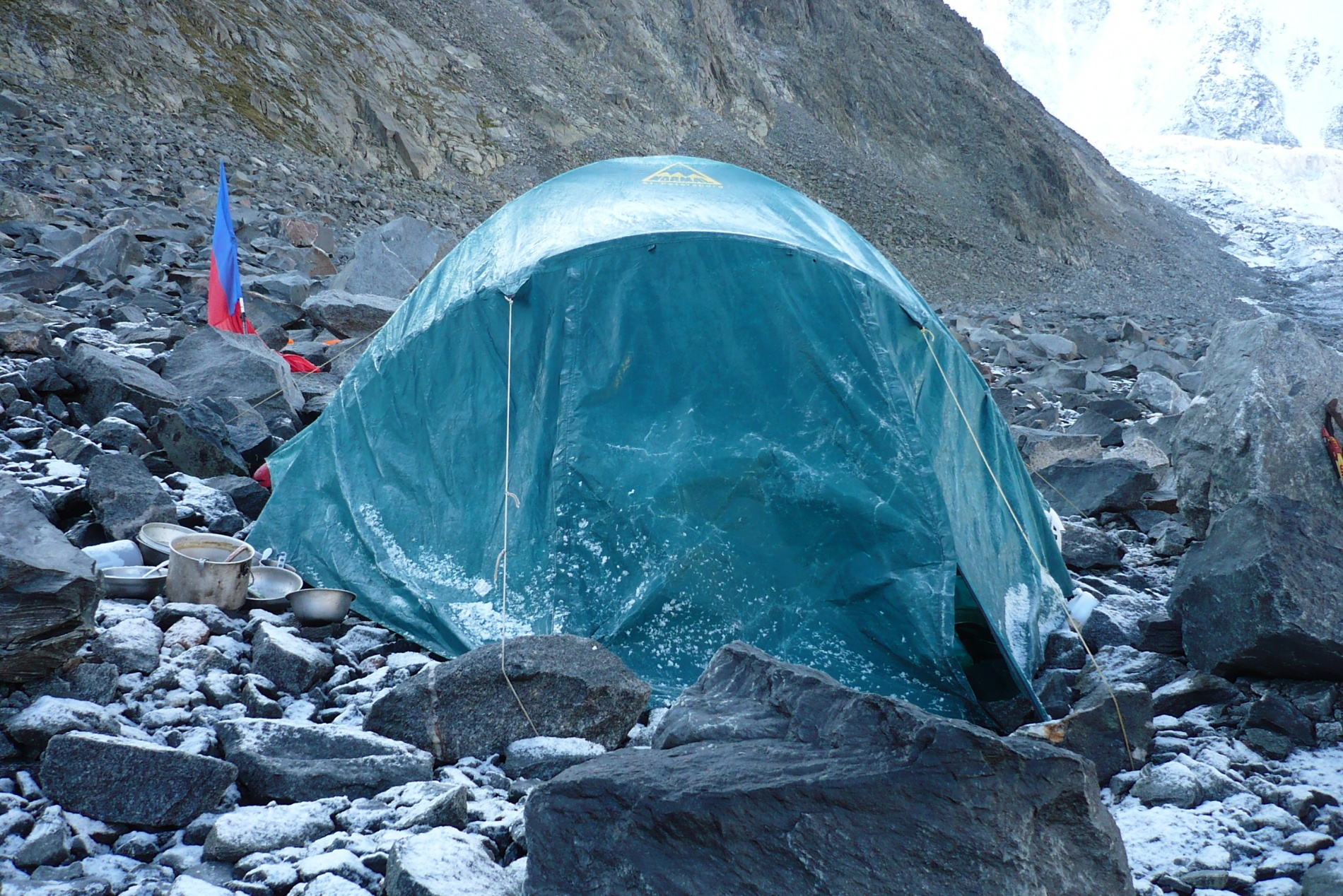 Обледеневшая палатка после непогоды